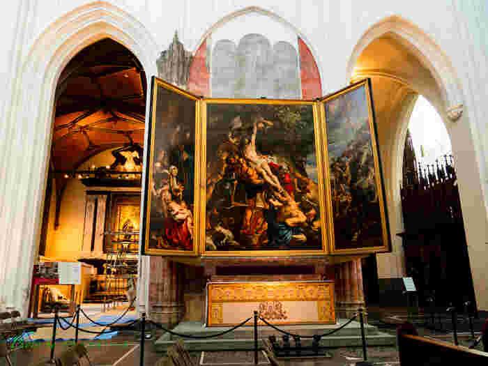 アントワープ聖母大聖堂の三連祭壇画です。名作「フランダースの犬」でネロとパトラッシュが天に召される時に見たルーベンスの作品。ここに置かれている作品は全て原寸のものばかりなので、息つく暇もないほどの充実した時間を過ごすことができます。