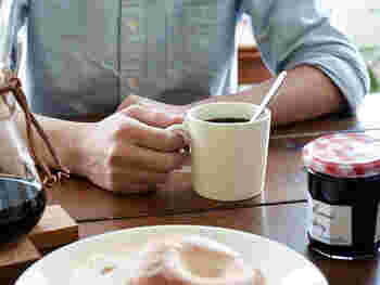 ティーマのマグカップは、コーヒー、紅茶、ココアやミルクなどのドリンクのほか、カップスープなどを入れることができるスタンダードな大きさ。机の上でも邪魔にならないので、オフィス使いもオススメです。