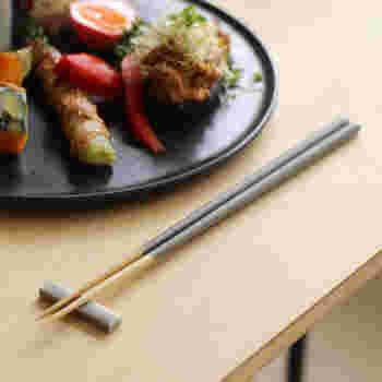 孟宗竹を使ったミディアムグレーのお箸。シルバーのような色味なので、スプーンやフォークなどと一緒に並べてもなじみます。スタイリッシュで、和食器だけでなく、洋食器との相性も◎