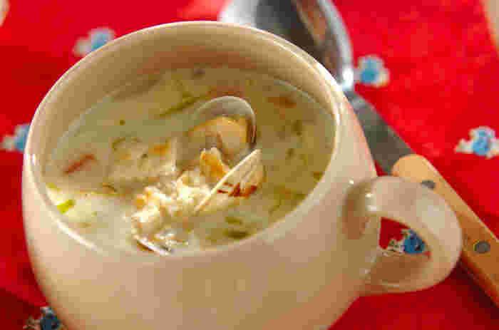 「チャウダー」とは、スープとシチューの中間くらいの料理のこと。シチューより細かくカットした具材を加えて、とろみを控えて仕上げます。具材が小さいので、シチューより簡単に完成するのが嬉しい◎アサリの旨味が凝縮されたチャウダーは、ジャガイモを入れることでとろりとした仕上がりに。ニンジンやタマネギ、キャベツなどお野菜もたくさん摂取できます。