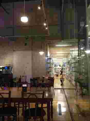 1階は一般開架室、2階にはこども図書館があります。その他、お弁当や飲み物の持ち込み可のフリースペース、研究個室、パソコン室など様々な専用スペースもあり、それぞれの目的に合わせて利用できるようになっています。