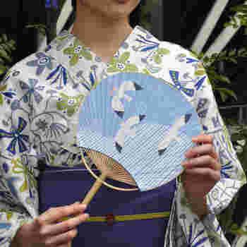 """「うちわ」は、漢字で""""団扇""""と書きますが、元々は中国から伝わった道具でした。現在は風を起こすための道具ですが、原型は相撲の行司が持つ軍配のような木製や芭蕉のような大きな葉を使い、儀礼などでかざしたり虫を払ったりする道具だったようです。"""