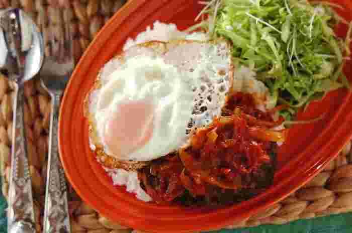 カフェ風ランチに「ロコモコ丼」。ハンバーグと目玉焼きだけでもうれしい組み合わせですが、食欲そそるカットトマトのトマトソースが絶品で、トマト嫌いさんも大満足な美味しさです。