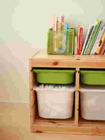 IKEAのおもちゃ収納アイテム「TROFAST(トロファスト)」は、フレームと収納ボックスに分かれていて、いろいろな種類があります。自由に組み合わせておもちゃを収納できるのが魅力。棚上スペースにも小物入れや本などを並べて活用できますよ♪