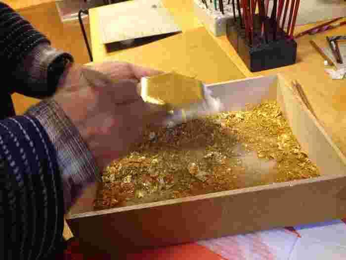 金箔をのせる作業は、職人さんが手伝ってくれるので安心です。大切な人や自分へのお土産としてもいいですね。