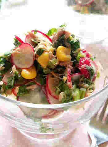 ラディッシュの葉も、身も、まるごと美味しくいただけるサラダ。ポイントは、ツナ缶で、コクのある味わいになっていることです。ごま油の風味も食欲をそそります*  コーンが加わって、黄色、赤、緑の、色のコントラストもお見事。お弁当にも加えたいですね。