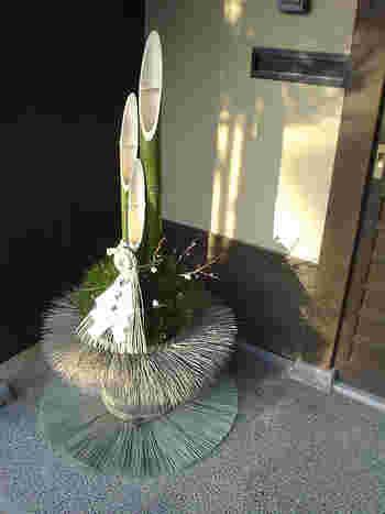 神様が訪れるための目印として飾られる「門松」には、メインの竹の他、縁起が良いとされる松や梅、南天などが飾られます。