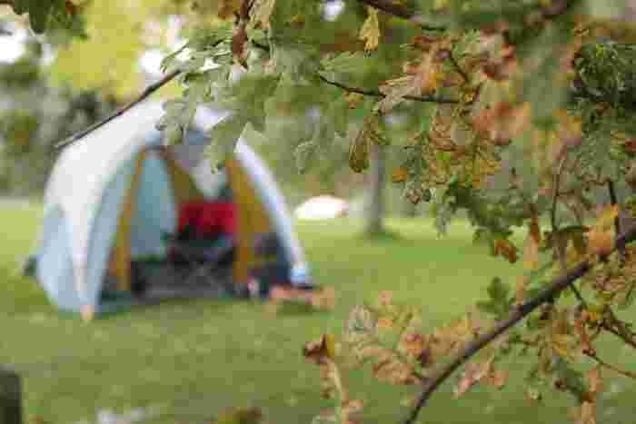 そろそろ本格的な秋のキャンプシーズン到来!今年はレンタルや簡易的なテントでのキャンプは卒業して、ずっと気になっていた大きめテントを探してみませんか?初心者さんでもぴったりのテントが手に入る、「アウトドアテント」の選び方をご紹介します♪