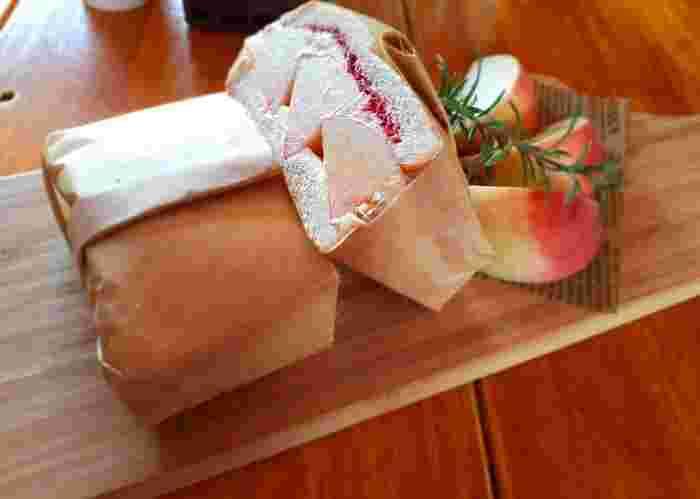 パンのメニューではこのほかに『ピーチトースト ジェラートのせ』が。収穫が終盤にさしかかる9月以降は、ソテーした桃をパイに詰めた『ピーチパイ』も登場しますよ♪