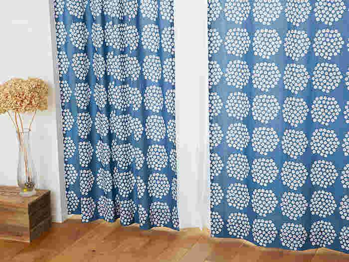 風水ではカーテンを一重にしていると、部屋の中の良い気が外に出て行ってしまうと言われています。こちらの写真のようにカーテンだけではなく、レースと組み合わせて「二重」にしておきましょう。