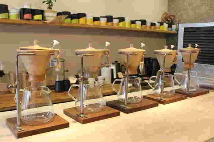 お店では、注文を受けて手作業で一杯ずつお茶を淹れていただけます。注目はその方法で、ハンドドリップ、プレス、時にはシェイカーも登場。画像のドリッパーは萩焼の窯元さんに特注で作っていただいているのだとか。  ドラフトティー、ドリップティーなどユニークなデモンストレーションは、従来の日本茶の範疇を超えた「おしゃれに楽しむ、日本茶エンターテイメント」というコンセプトの所以でもあります。