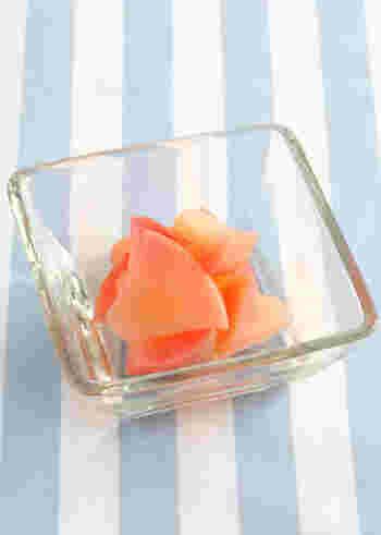 水にりんごと砂糖、レモン汁を入れて煮詰めます。リンゴは食べやすい大きさに切っておくと良いですね。