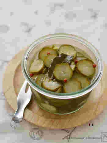 ピクルスといえば、やっぱりきゅうり!粒マスタードを加えると、より本格的な味わいが楽しめます。