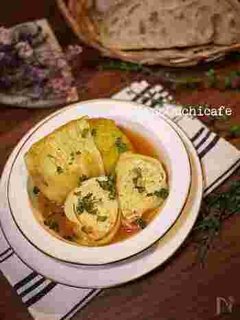 定番のロールキャベツも、鶏ひき肉を具に使うことであっさりとしたヘルシーな仕上がりに。スープは、トマトジュース&コンソメ&水のみなので、シンプルで簡単です。
