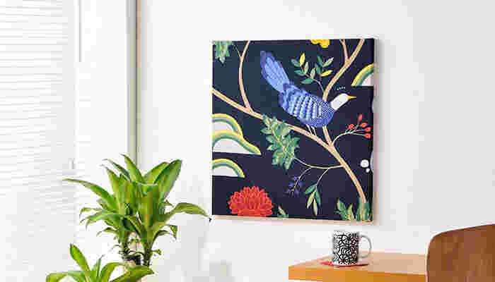 こちらは華やかでインパクトのある、BIRDLAND(バードランド)柄のパネル。 お部屋に絵画を飾るのは少し敷居が高く感じても、ファブリックパネルなら気軽に飾ることができます。