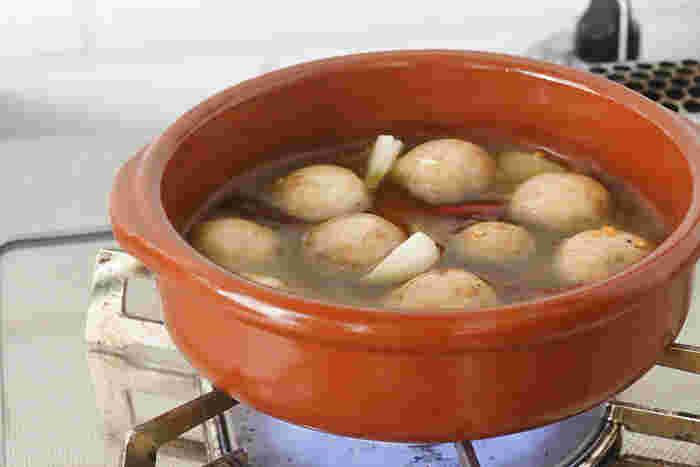 """スペインの伝統ある陶芸の街を拠点に置き、約200年にわたってカスエラと呼ばれる素焼のうつわを製造しているレガス社。  """"素焼""""だからこそ、レガス社が手掛ける「カスエラ クラシック」シリーズの、サイズ13、17、20は、ガスコンロでの直火調理が可能。ぜひ本スペイン料理でもある、アヒージョを作って味わってみてくださいね。  アウトドアやファミリーキャンプに持っていっても活躍してくれる耐熱皿です。"""