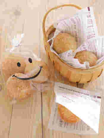 かごに詰めてシンプルに。いくつかまとめたいときにいいですね。にっこり笑っているプリントのある透明な袋に、ざっくり詰め込むだけでもサマになります。