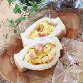 カルボナーラ風味に仕上げたベーコン入りの卵を詰めたポケットサンド。卵は、半熟状態で火を止めるのがまろやかさのコツ。誰もが大好きなおいしさです。