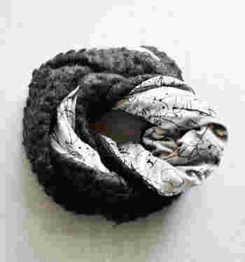 「Fil D'araignee(フィル・ダレニエ)」は、ファッション小物雑貨のデザインで世界的に知られる宮島さよ子氏のブランド。こちらはリバーシブルのスヌードで、表はもこもこの起毛、裏地は手書き風の可愛い猫のデザインが特徴的です。