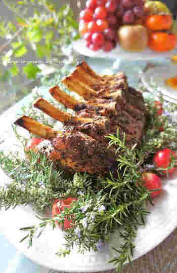 見栄えも豪華でおもてなしにもぴったりな骨付き肉。「調理が難しそう」と敬遠してはいませんか?こちらのレシピなら、豚肉をマリネしてあとはオーブンにお任せ♪ソースだけこだわって作れば絶品ごちそうの完成です。