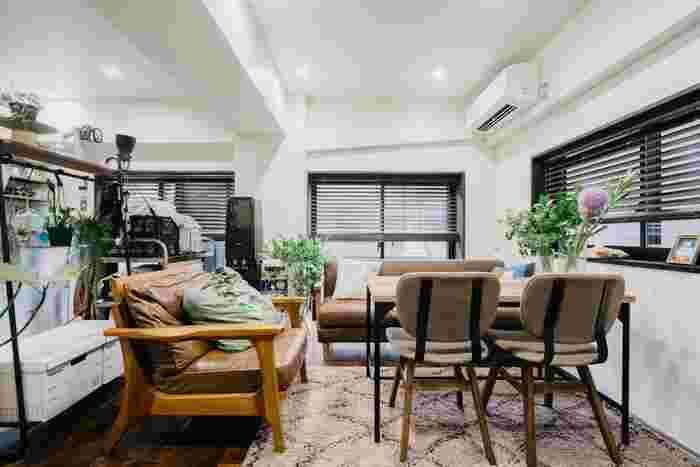 素敵なお花を飾ったダイニングテーブルは、座面が高めのソファーと組み合わせることでダイニングやリビングとしても使える空間に。素材が引き立つ革張りのソファーと合わせるとお部屋がグッとおしゃれになります♪シックな色合いのお部屋の参考にもぜひ。