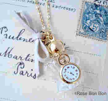 こちらは香水瓶に時計のモチーフがついた、レトロかわいいネックレスタイプ。Tシャツにジーンズなど、シンプルなコーデの時にアクセントとして付けても◎。