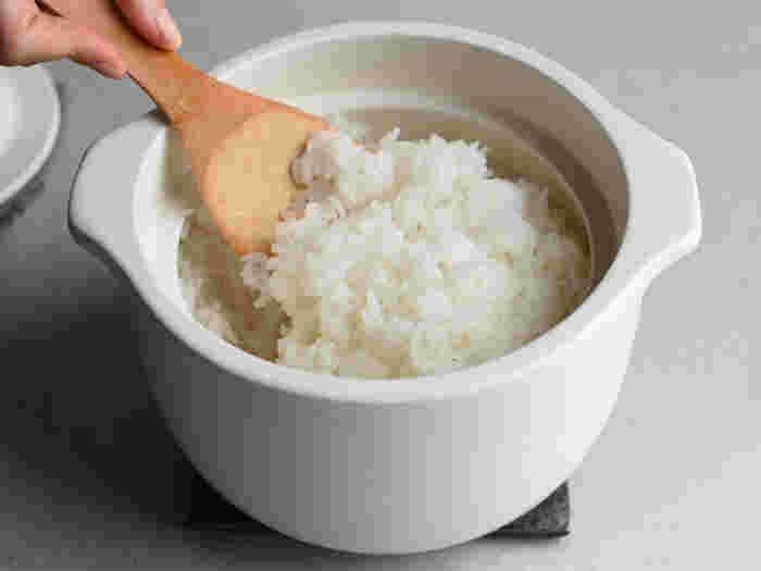 シンプルな丸みがかわいい土鍋。底部分の形状が丸いのは、釜内でお米の対流を起こし、一粒一粒にむらなく熱を通すため。吸水率が極めて低いので、におい移りやカビの心配をせずに清潔に使えます。