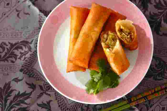よく炒めたシャキシャキのキャベツと、ジューシーな豚肉の食感も楽しい春巻きは、生姜風味でとってもおいしい!