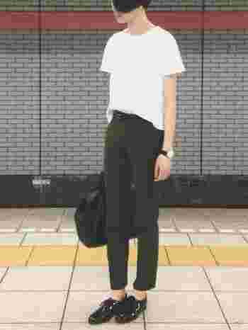 シンプルな白Tシャツ×モスグリーンのスリムパンツに、黒エナメルのレースアップシューズを合わせたマニッシュなスタイル。くるぶしを見せて上品な女性らしい足元に。
