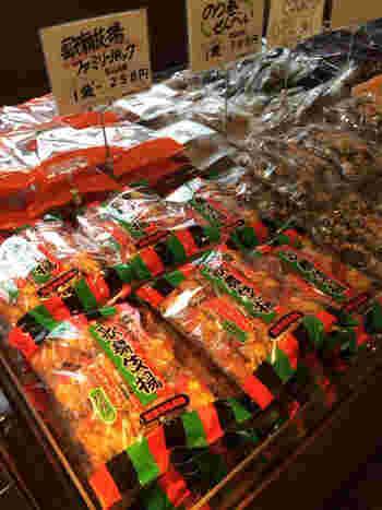 天乃屋を代表する「歌舞伎揚」をはじめ、たくさんのお煎餅が並んでいます。正規品がお得価格で買えることもあり、みなさん何種類も手にとっているんですよ。直売店限定の商品もあるので要チェックです。