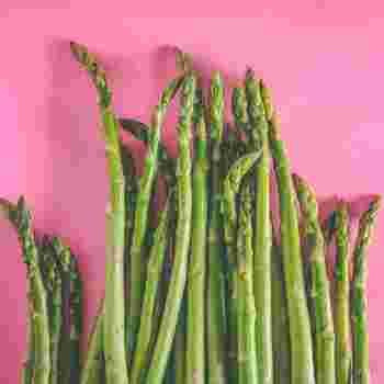 春の出始めの頃のアスパラは茎もやわらかく、丸ごと美味しくいただけます。通年出回っているアスパラは硬いので、根元を1センチほど切り落とし、ピーラーで皮をむいて、使います。  かたい皮でも炒め物などに活用することで美味しくいただけます。