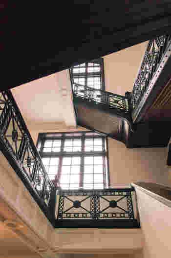 改修時も大規模な改修は施さなかった「大階段」。1階から3階まで、約20メートル吹き抜けになっているんですよ。ここにあるシャンデリア、ケヤキの扉、細かなデザインの階段手すりは、100年以上前の創建当時から使い続けられているもの。クラシカルな雰囲気は、まるで明治時代に迷い込んだような気持ちになりますね。