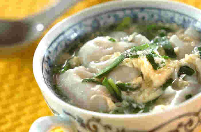ショウガ、ニラや卵でポッカポカ!餃子の旨みが効いたスープはいかが?冷え込む今のシーズン、風邪気味の時にもオススメな時短レシピです。