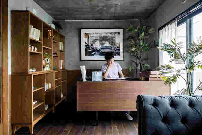 スペースに余裕があるなら、こんな風に空間を贅沢に使って書斎を作るという選択肢も。部屋全体を見渡せる位置にデスクを置けば、視界が開けて居心地良く過ごせそうです。広がりがあるレイアウトなので、大きな収納棚もすっきりとして見えますね。