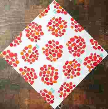 こちらの布を見て、何をイメージしますか?トマトやラディッシュ、さくらんぼや梅干……、お花に見える人もいるかもしれません。布のイメージからお弁当のコンセプトを決めるのもおもしろいですよね!