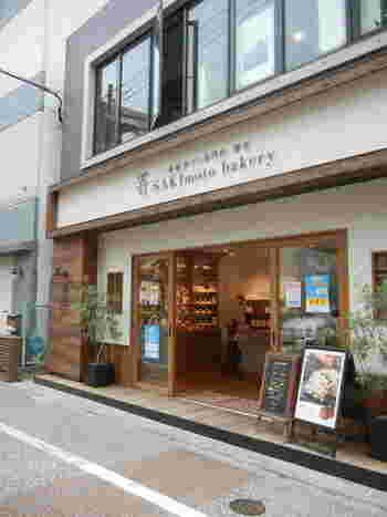 大阪に本店を構える高級食パン専門店「嵜本」。福岡市内に藤崎と博多駅の2店舗あり、素材本来の美味しさを堪能できる食パンが人気です。