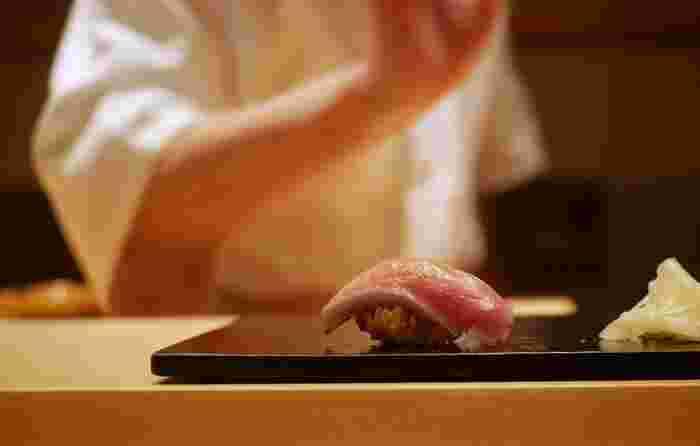 「鮨とかみ」の特徴は、赤酢を使ったシャリ。ネタとの相性はもちろん抜群。一粒ひと粒、しっかりシャリの存在を感じることができます。