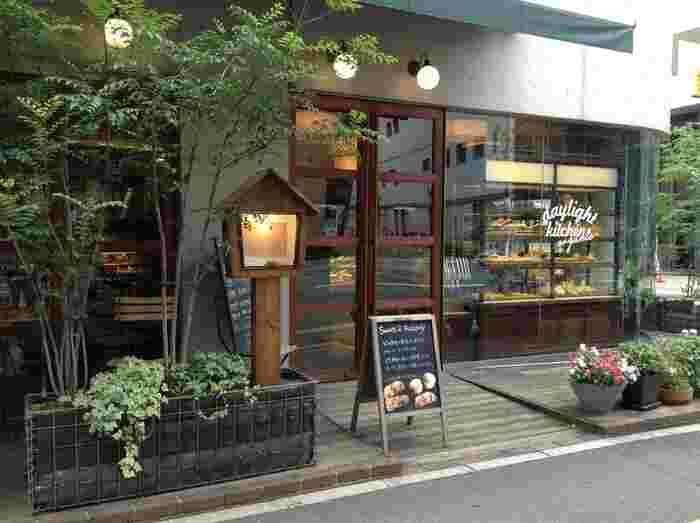 JR博多駅から徒歩10分のところにある「DAYLIGHT KITCHEN organic(デイライトキッチン オーガニック)」は、オーガニックをコンセプトにしたカフェで、無農薬の自然栽培の野菜や九州産の肉など、選りすぐりの食材を使用したメニューが味わえます。
