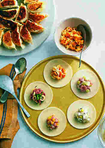 肉・海老・野菜…いろんなアレンジが楽しい5種の餃子。餃子パーティーがしたくなりますね。みんなで包んで、みんなで焼いて食べる、そんなスタイルが盛り上がりそう。