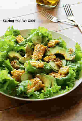 とうもろこしの香ばしさとワサビ醤油ドレッシングで食欲がなくてもモリモリ食べられるサラダです。オイルのお陰でワサビの辛味がマイルドに。
