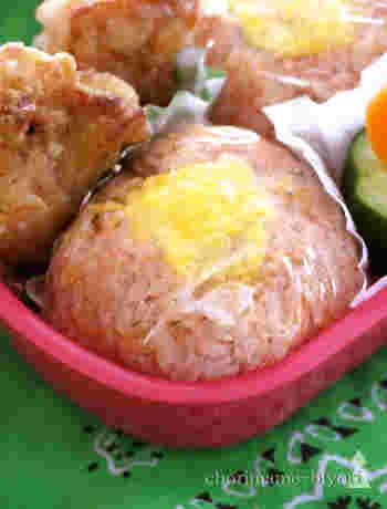 卵はおにぎりをくるむだけでなく、中に入れる方法も!こちらはスクランブルエッグを中に入れてケチャップライスでおにぎりにしたレシピです。ケチャップライスはレンジで作れるお手軽さも魅力☆