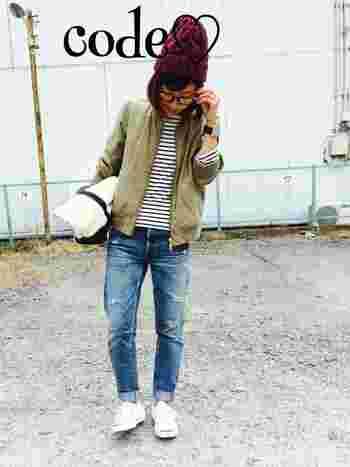 もう一つデニムコーデです。ボルドーカラーのニット帽のアクセントがきいています。秋冬らしい色づかいがいいですね♪