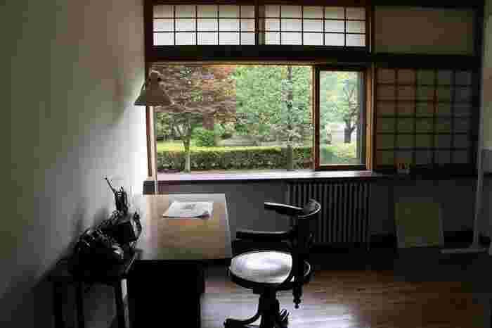 玄関から入って突き当たりにある前川氏の書斎。銀座の設計事務所が東京大空襲で消失後は、新しい事務所ができるまで設計事務所としても使われていました。