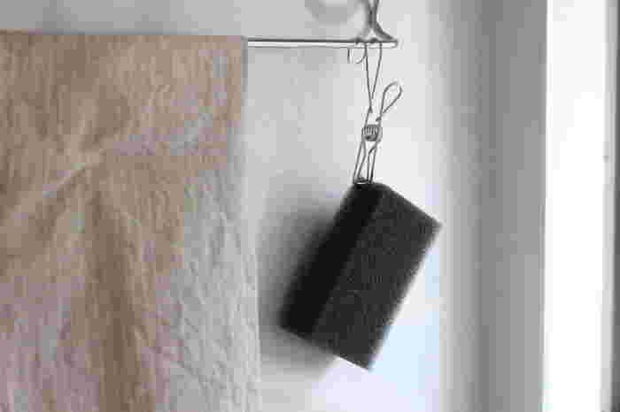 このように、スポンジなど直接置きたくないものを挟んで、ひっかけて収納できるんです。濡れたスポンジやふきんも乾かせて便利ですね。