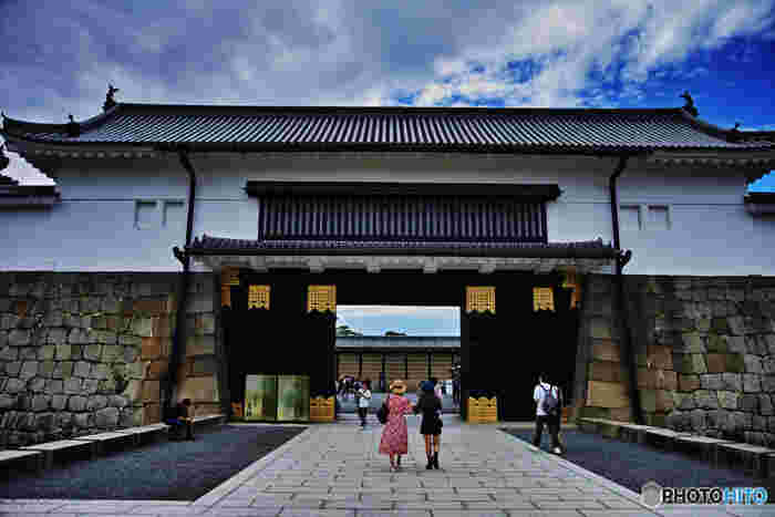 京都市内でも有数の観光名所である二条城は、1603年に徳川幕府の初代将軍、家康によって築城されました。1867年に、徳川幕府最後の将軍、慶喜はこの二条城で大政奉還を発表し、二条城は江戸幕府の始まりと終わりを見届けた城です。