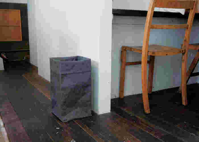 こちらのボックスLは、収納ケースやゴミ箱など、さまざまな使い方を楽しめるアイテム。上を折り曲げられるという和紙ならではの素材で、高さも自由に変えることができます。