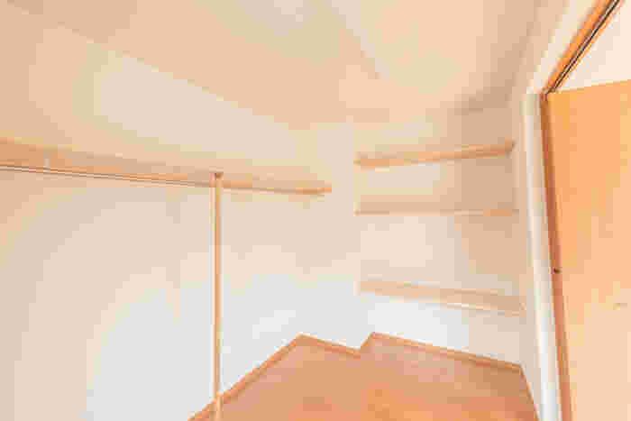 ウォークインクローゼットのレイアウトは大まかに4種類。通路の片側だけにハンガーパイプや棚を配した「I型」、両側に収納スペースのある「Ⅱ型」、通路の両側の収納に加えて奥の壁の3面に収納できる「コの字型」、片側と奥の壁にハンガーパイプや棚のある「L字型」です。