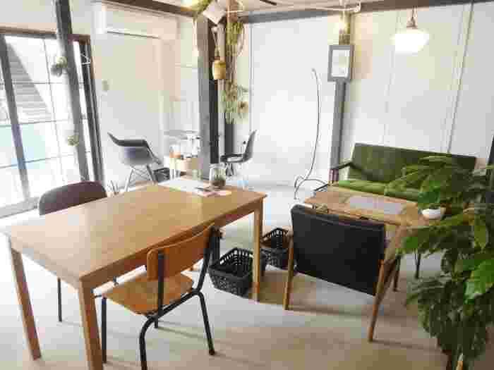 店内は、シンプルながらも、こだわりの家具やグリーンでアートなショールームを思わせるおしゃれな空間です。 カリモクのソファやイームズのチェアなど、メンズライクテイストのインテリアがこの街にマッチしています。