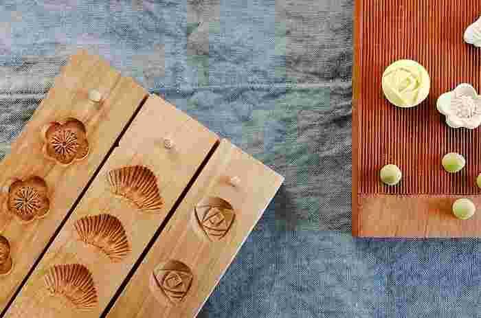 伝統的な味や技術を大切にしながらも、オリジナルのデザインやモチーフを取り入れた、懐かしくて新しい和三盆たち。 和三盆の成型に使用する道具は、日本の伝統工芸である「菓子木型」。職人の手で丁寧に手作業で彫られた木型は、温かみのある優しいシルエットを作り出します。