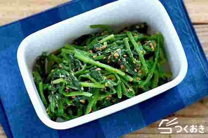 醤油の味付けが多いほうれん草の常備菜ですが、こちらはほうれん草を白みそとすりごまで和えます。白みそのほんのりと甘い味わいに、すりごまの風味がマッチし、美味しくいただけます。